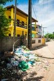 Pila de litera en una esquina de calle - Itamaraca tiene un mismo problema grave con desperdicios imagenes de archivo