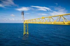 Pila de llamarada y puente de la llamarada para quemar el gas tóxico y el lanzamiento sobre la presión del proceso de producción Imágenes de archivo libres de regalías
