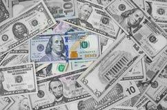 Pila de los billetes de dólar del americano ciento del dinero de diversas monedas aislada en el fondo blanco Primer de billetes d imagen de archivo