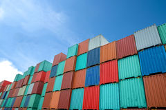 Pila de los contenedores para mercancías en los muelles Fotos de archivo libres de regalías