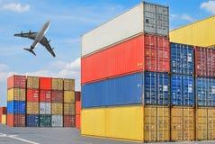 Pila de los contenedores para mercancías en los muelles Fotos de archivo