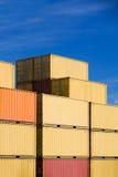 Pila de los contenedores para mercancías de la carga del envío en puerto Imágenes de archivo libres de regalías