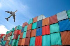 Pila de los contenedores para mercancías en los muelles Imágenes de archivo libres de regalías
