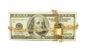 Pila de los E.E.U.U. 100 cuentas de dólar encadenadas y bloqueadas Imagen de archivo libre de regalías