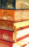 Pila de los libros encuadernados de cuero Fotografía de archivo libre de regalías