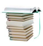 Pila de los libros, libro openning para arriba Fotografía de archivo