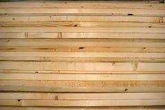 Pila de los listones del pino como material de construcción Imagenes de archivo