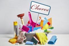 Pila de los productos de limpieza de la casa en el fondo blanco Fotografía de archivo