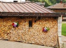 Pila de madera aseada con las flores Fotografía de archivo