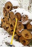Pila de madera con el hacha foto de archivo