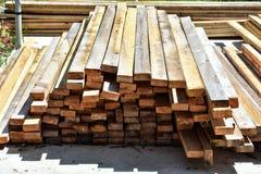 Pila de madera de construcción imagenes de archivo