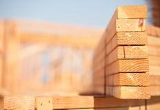 Pila de madera de construcción del edificio