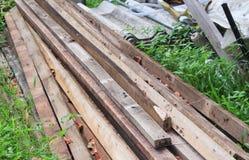 Pila de madera en la construcción de la hierba Imagen de archivo