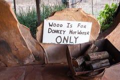 Pila de madera etiquetada para el uso en el circuito de agua caliente del burro imágenes de archivo libres de regalías