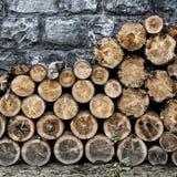 Pila de madera tajada vieja del fuego