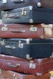 Pila de maletas coloridas del vintage Fotografía de archivo