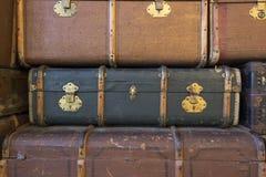 Pila de maletas de cuero viejas Fotos de archivo