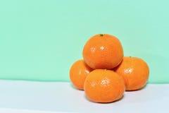 Pila de mandarinas en el fondo blanco Foto de archivo libre de regalías