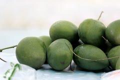 Pila de mangos verdes Fotografía de archivo libre de regalías
