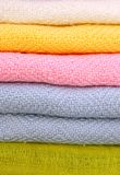 Pila de mantones plegables apacibles (bufandas) Foto de archivo libre de regalías