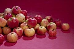 Pila de manzanas. Fotografía de archivo