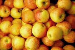 Pila de manzanas maduras Imagen de archivo