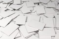 Pila de maqueta cerrada blanca en blanco de los folletos Foto de archivo libre de regalías