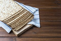 Pila de matzah o de matza en una tabla de madera imágenes de archivo libres de regalías