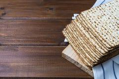Pila de matzah o de matza en una tabla de madera imagenes de archivo