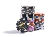 Pila de microprocesadores del casino en diversas denominaciones Imagen de archivo libre de regalías