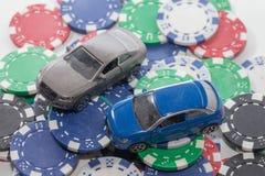 Pila de microprocesadores del casino y de coche del juguete en blanco fotos de archivo libres de regalías