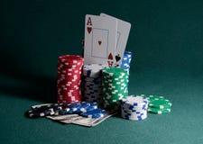 Pila de microprocesadores y de billetes de dólar del casino en la tabla del póker Fotografía de archivo libre de regalías