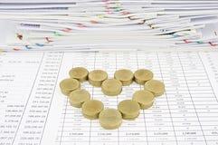 Pila de moneda de oro como corazón Foto de archivo libre de regalías