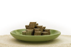 Pila de moneda en placa verde Imagen de archivo libre de regalías