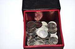 Pila de moneda indonesia en la caja aislada en el fondo blanco fotografía de archivo