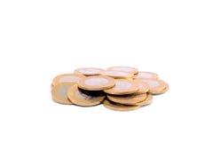 Pila de monedas aisladas en un blanco Fotos de archivo