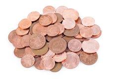 Pila de monedas británicas en un fondo blanco Fotos de archivo