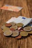 Pila de monedas, de cuentas y de tarjetas de crédito euro Imagen de archivo