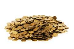 Pila de monedas de oro aisladas en blanco Fotos de archivo libres de regalías