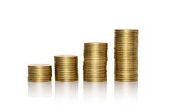 Pila de monedas de oro aisladas en el fondo blanco Imagen de archivo libre de regalías