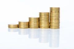 Pila de monedas de oro aisladas en el fondo blanco Fotografía de archivo libre de regalías