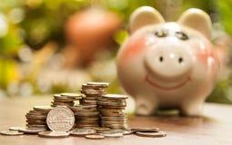 Pila de monedas en el escritorio Monedas tailandesas Concepto de ahorro del dinero, imágenes de archivo libres de regalías