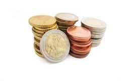 Pila de monedas euro griegas en el fondo blanco Fotos de archivo