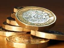 Pila de monedas de libra brit?nica imágenes de archivo libres de regalías