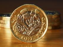 Pila de monedas de libra brit?nica fotografía de archivo libre de regalías