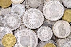 Pila de monedas modernas del franco suizo Imagen de archivo