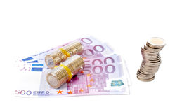 Pila de monedas sobre cuentas euro fotografía de archivo libre de regalías