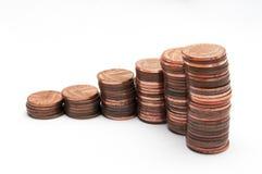 Pila de monedas, monedas de un penique aisladas en blanco foto de archivo