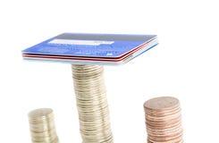 Pila de monedas y de la tarjeta de crédito Imágenes de archivo libres de regalías