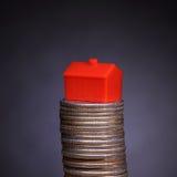 Pila de monedas y del hogar Fotos de archivo libres de regalías